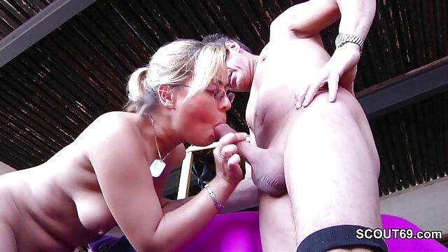 美丽的女孩拍摄一个热的视频抚摸公众 奶奶色情