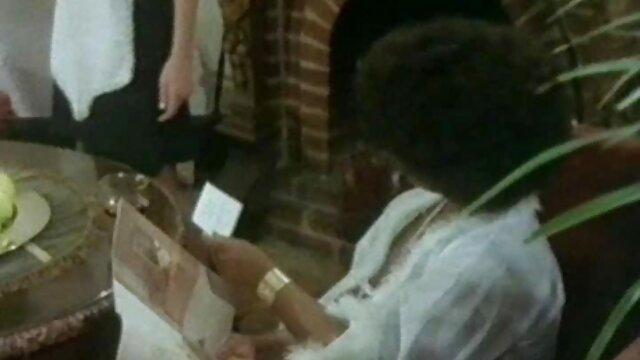 黑人女友,一个女同性恋在桌子上。 成熟个高清