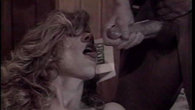 她尿在他的嘴里,坐在他的脸上。 管成熟性