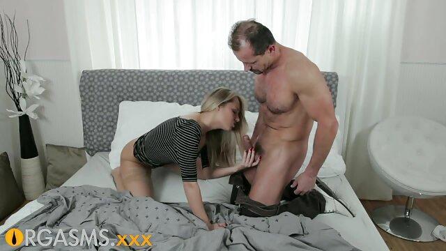 年轻人把一个女孩带到他的老人面前,放在嘴里。 线控制动拉丁肛门