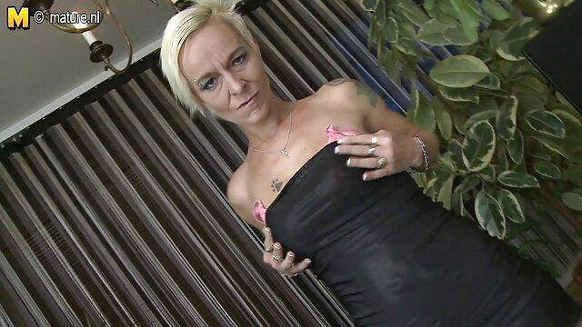 拉丁深色情. 成熟的金发女郎肛门
