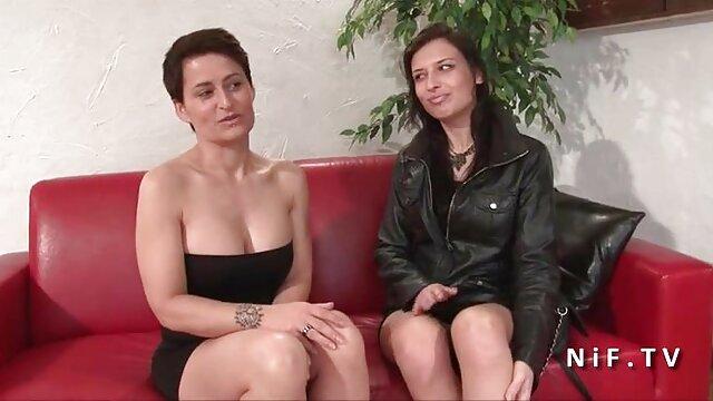 妇女从欧洲有乐趣之前撒尿 瘦成熟的色情照片