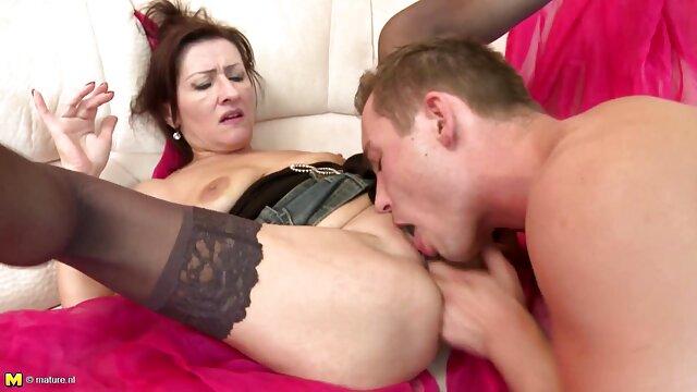 丈夫帮助他的妻子手淫。 线控制动奶奶色情