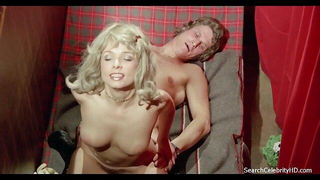 她的家伙用你的日立把她带到高潮。 成熟的胸部的照片